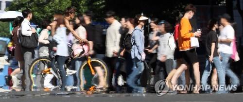 24일 대구 최고기온이 35도로 예보된 가운데 23일 오후 대구 중구 도로에 열기로 인한 아지랑이가 피어오르고 있다. 연합뉴스