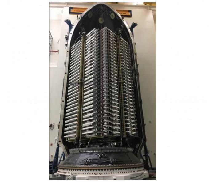 일론 머스크 스페이스X 창업자 겸 최고경영자(CEO)는 지난 11일 트위터를 통해 스페이스X 팔콘 로켓에 실린 발사예정 초고속 인터넷용 위성 60기의 사진을 공개했다. 일론 머스크 트위터 캡쳐