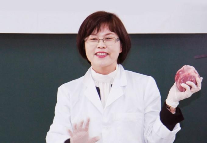 김정민 교사. 돼지 심장 해부 수업에서 심장을 들고 설명하고 있다. 신용수 기자