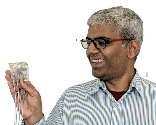 곤팔라 아누만치팔리 미국 샌프란시스코 캘리포티아대(UCSF) 박사후연구원은 직접 개발한 비침습적인 칩을 뇌에 연결해 식물인간 상태인 환자의 생각을 읽었고, 그 생각을 문장으로 바꾸는 데 성공했다. 이 연구결과는 올해 4월 24일 국제학술지 ′네이처′에 발표됐다. UCSF