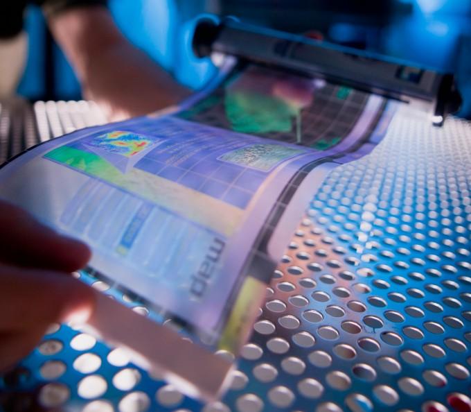소재와 부품, 장비에 관한 신규 R&D의 예비타당성조사 면제가 추진된다. 사진은 휘어지거나 투명한 디스플레이, 배터리 등에 쓰일 새로운 소재의 연구 모습. 위키미디어 제공