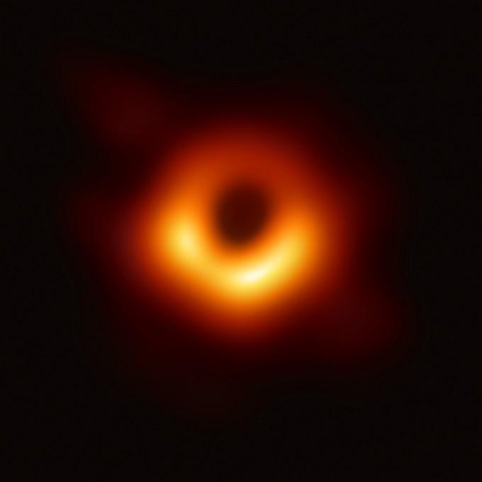 4월 10일 처음 관측에 성공한 블랙홀의 모습이다. M87 은하의 초대질량블랙홀의 그림자가  보이고 그 주변을 감싼 빛이 보인다. 이 빛의 존재가 블랙홀에 의해 휜 빛의 존재를 확인시켜준다. 사진제공 EHT