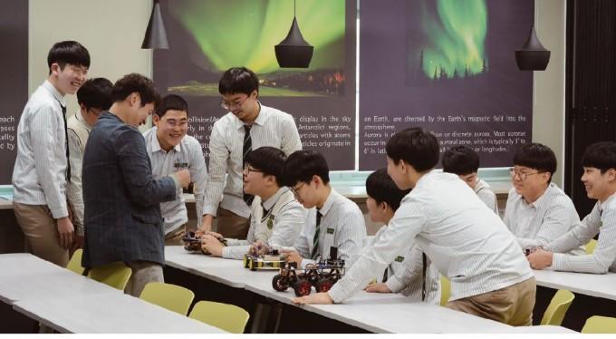 과학실에 모인 정종태 교사와 무학고 학생들. 이영혜 기자
