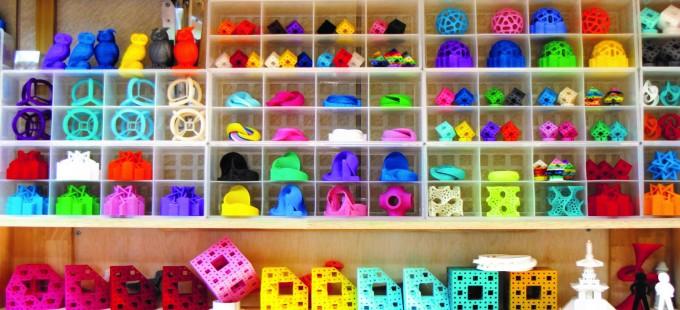 3D 프린터로 뽑아낸 3D 수학 구조물들. 7번 꼬인 뫼비우스 띠, 원주율 필통, 프랙탈 구조 등 온갖 수학 구조물들을 3D 프린터로 출력했다. 사진 유승민