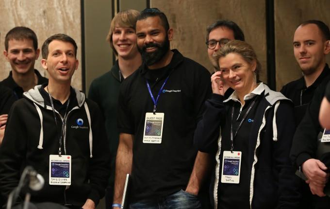 구글 딥마인드 리서치 담당 과학자(왼쪽 둘째) 등 알파고팀이 웃고 있다.