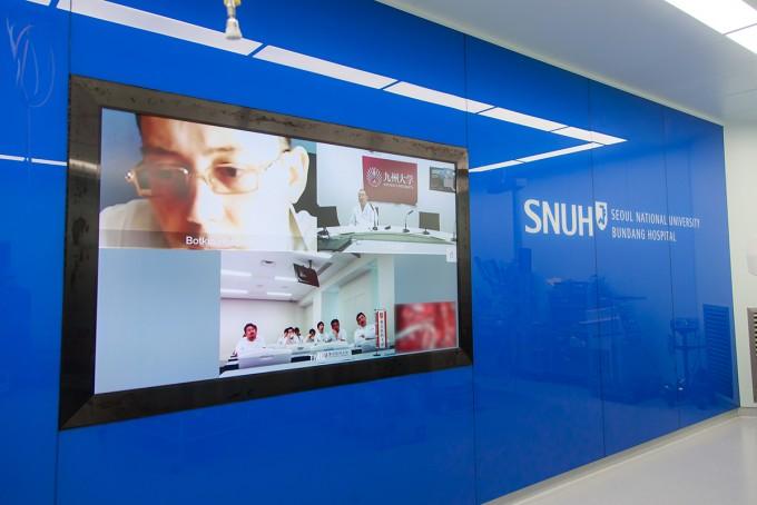 지난달 31일 분당서울대병원 흉부외과 조석기 교수팀이 진행한 3D 폐암 흉강경 수술이 일본 규슈대병원과 도쿄대 의대로 생중계됐다. 분당서울대병원 제공