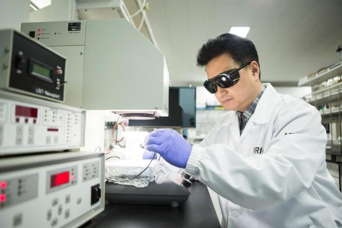 백진욱 한국화학연구원 이산화탄소에너지벡터연구센터장 연구팀은 태양빛을 받은 광촉매가 전자를 내는 찰나의 순간을 포착하는 데 성공했다. 한국화학연구원 제공