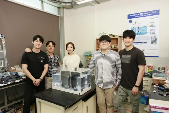 왼쪽부터 김정원 UNIST 연구원, 김건태 교수, 양예진 연구원, 김창민 연구원, 주상욱 연구원