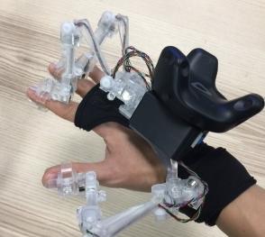 공간 터치감 지원 핸드 모션캡처 외골격 장치. 연구단이 자체개발한 이 장치는 손가락의 움직임을 따라 외골격 관절이 움직이며 위치 데이터를 계산한다. 관절각을 실시간으로 읽어 동작의 정확성을 높였다. 실감교류인체감응솔루션연구단 제공