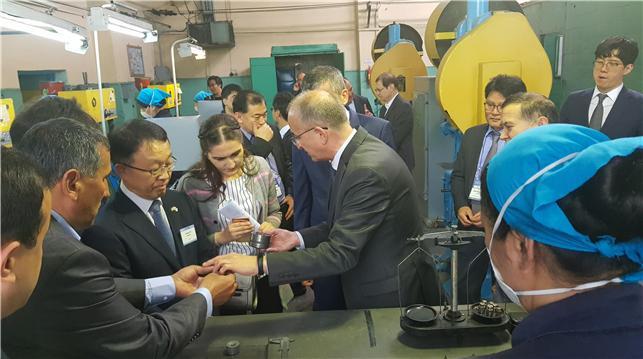 이성일 생기원 원장(왼쪽에서 세번째)이 '한-우즈벡 희소금속센터' 연구진 및 관계자와 함께 희소금속 제품을 살펴보고 있다. 생기원 제공.