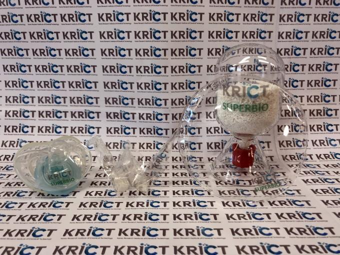 한국화학연구원이 고강도 친환경 바이오플라스틱으로 제작한 시제품들이다. 왼쪽부터 공갈젖꼭지, 종이학, 투명기판, 플라스틱 수지다. 사진제공 한국화학연구원
