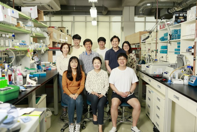 참여 연구팀이 한 자리에 모였다. 강석현 IBS 유전체 항상성 연구단 연구위원(윗줄 왼쪽 세 번째), 김하진 UNIST 생명과학과 교수(윗줄 오른쪽 두 번째)가 보인다. 사진제공 IBS