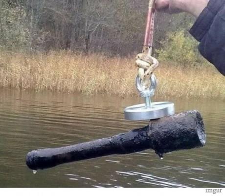 물 속에서 건진 아주 위험한 물건