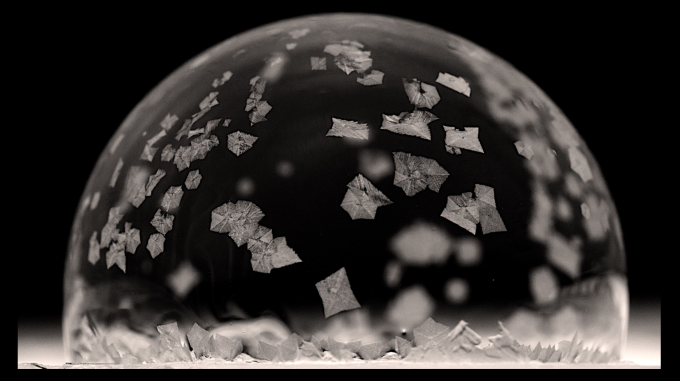 추운 날 비누 거품을 얼음 위에 올려놓으면 눈꽃 입자가 거품 속에서 흩날리는 것을 볼 수 있다. 조나단 보레이코 미국 버지니아공대 교수팀은 이 현상의 원리를 밝혀냈다. 파자드 아흐마디, 크리스티안 킹젯 제공