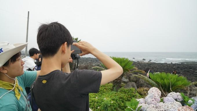 탐험대학 제주 캠프에 참가한 청소년들이 서귀포시 대정읍 일대 해안에서 돌고래를 관찰하고 있다.