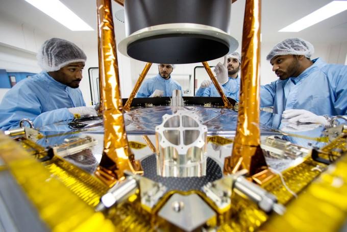 MBRSC 엔지니어들이 화성 탐사선 호프를 개발하고 있다. 사진제공 UAESA