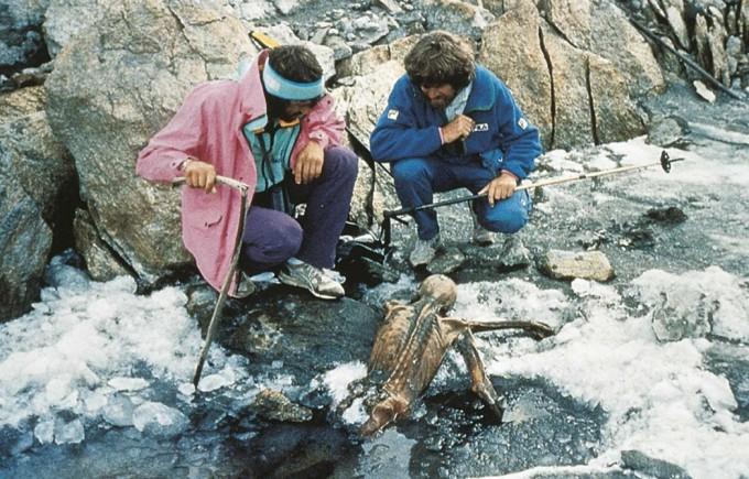 지구온난화로 인해 눈이 녹이며 한 시체가 드러났다. 당시 외치가 발견된 모습. 하반신이 아직 녹다 만 빙하 속에 묻혀있다.  South Tyrol Museum of Archaeology 제공