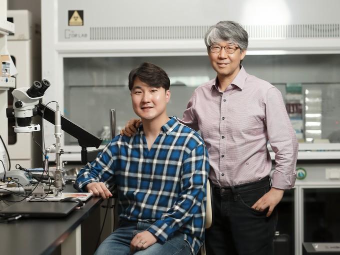 민경태 울산과학기술원(UNIST) 생명과학부 교수(오른쪽)와 최치열 박사과정생 연구팀은 다운증후군에서 지적 장애를 일으키는 유전자가 지적장애를 일으키는 원리를 규명했다고 밝혔다. UNIST 제공