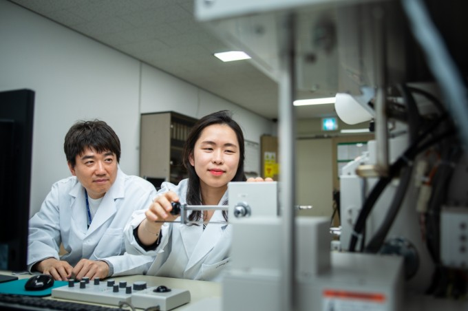 연구단이 개발한 하이브리드 소재는 연구를 통해 상용화까지 나아간다. 기술 이전된 막대 형태의 2차전지 양극 소재는 테슬라에 들어가는 전기 배터리보다 성능이 30% 높다. 현진 제공