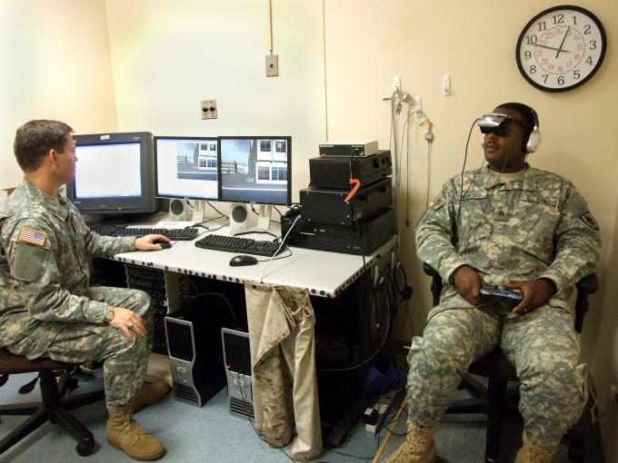한 군인이 게임 버추얼 이라크를 하고 있다. 미국국방부 제공