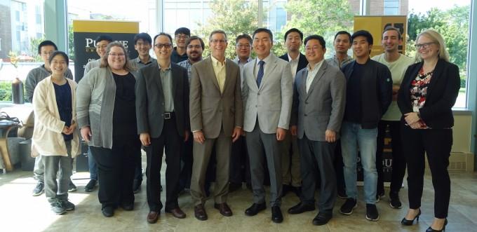한국기계연구원과 퍼듀대학교 관계자들이 6월 14일 미국 퍼듀대 현지에서 MoU를 체결하고 스마트 기계시스템 원천기술 고도화를 위한 공동연구에 협력키로 했다. 기계연 제공.
