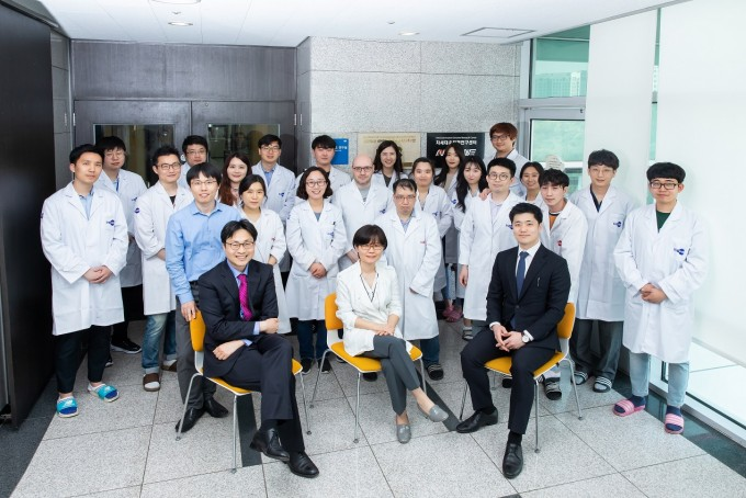 서울대 의약바이오컨버전스연구단은 단백질합성효소로 특정 질환을 치료하거나 진단하는 방법을 개발하고 있다. 기초 연구뿐만 아니라, 학교와 기업, 병원과 함께 협력해 효율적으로 신약을 개발하기 위해서 ′허브′ 역할을 하고 있다. 남승준 제공