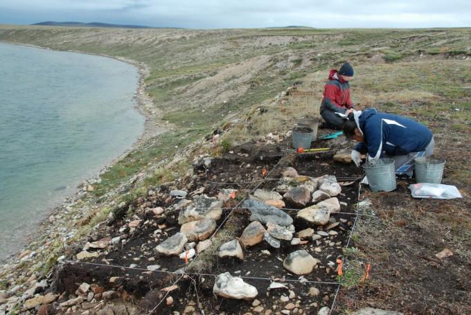 캐나다 북부 북극권 지역의 유적 발굴지의 모습이다. 두 팀의 연구자들이 게놈 해독을 통해 각각 미국 원주민 및 북극권 거주민의 기원을 밝혔다. 사진 제공 막스플랑크연구소