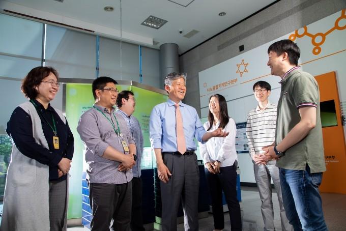 연구단 연구원 및 직원들과 대화중인 이학주 단장(가운데). 사진 제공 홍덕선 작가