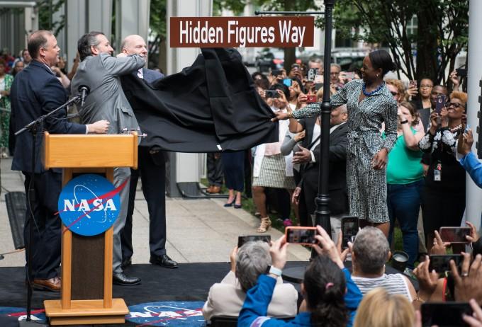 이달 12일 미국 워싱턴DC 미국항공우주국(NASA) 본부 앞 거리인 ′E 스트리트 SW 300′의 이름을 ′히든 피겨스 웨이′로 바꾸는 기념식이 열렸다. (왼쪽부터)짐 브라이든스틴 NASA 국장과 테드 크루즈 공화당 상원의원, 필 멘델슨 워싱턴DC 시의회 의장, 마고 리 셰털리 작가가 거리 현판을 공개하고 있다. 미국항공우주국 제공