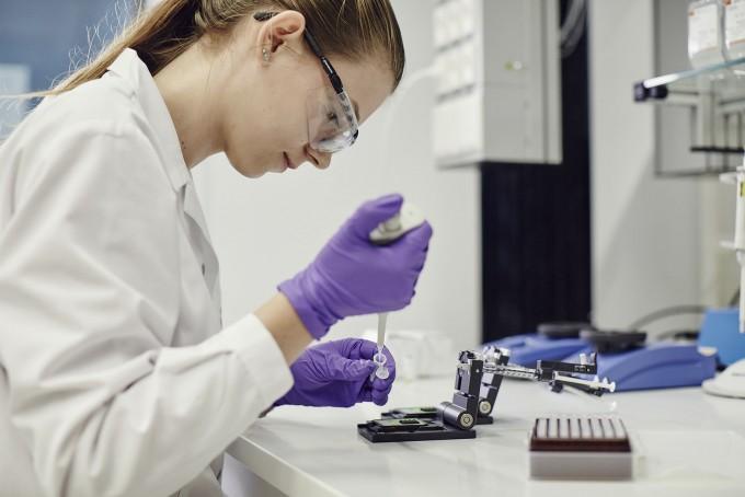 PMI 큐브의 한 연구자가 독성 분석 연구를 하고 있다. PMI 제공.