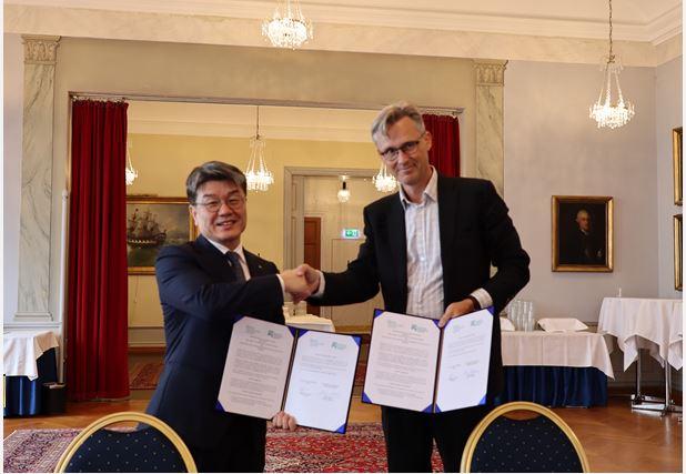 녹색기술센터는 6월 14일 스웨덴 스톡홀름환경연구소와 미세먼지 해결을 위한 기술협력 업무협약을 맺었다. 왼쪽은 정병기  녹색기술센터 소장이고 오른쪽은 멍스 닐스 스톡홀름환경연구소 소장이다. 녹색기술센터 제공