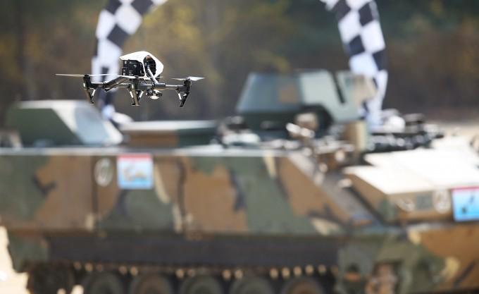 경기도 이천시 육군정보학교에서 열린 ′제1회 산·학·연·군 드론 전투 콘퍼런스′에서 드론 감시·정찰대회 참가자들이 날린 드론이 정찰을 하며 사진을 찍고 있다.