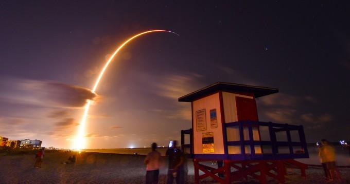 초고속 인터넷 구축용 위성 60기를 탑재한 스페이스X의 팰컨9 로켓이 발사되고 있다. AP/연합뉴스