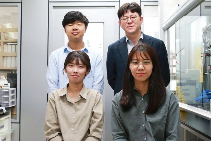 정낙천 DGIST 신물질과학전공 교수(뒷줄 오른쪽)와 연구진. DGIST 제공.