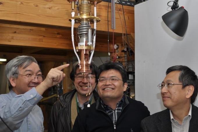 2010년 12월 일본 와코 이화학연구소 저온물리연구실에 초고체 연구를 하는 한미일 물리학자들이 모였다. 왼쪽부터 펜실베니아주립대 모제스 챈 교수, 게이오대 시라하마 게이야 교수, KAIST 김은성 교수, 리켄 코노 키미토시 박사. 그러나 2년 뒤 챈 교수가 고체헬륨이 극저온에서 초고체라는 2004년의 발견이 틀렸다고 선언하면서 스승과 제자가 갈라졌다. 강석기 제공