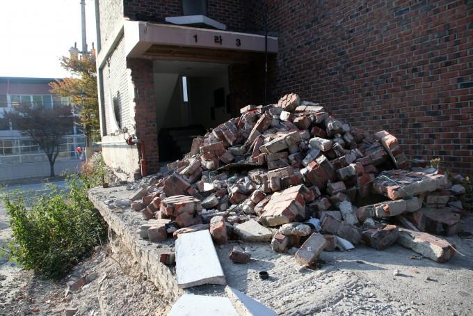 2017년 11월 발생한 포항지진으로 건물이 무너진 모습. 연합뉴스.