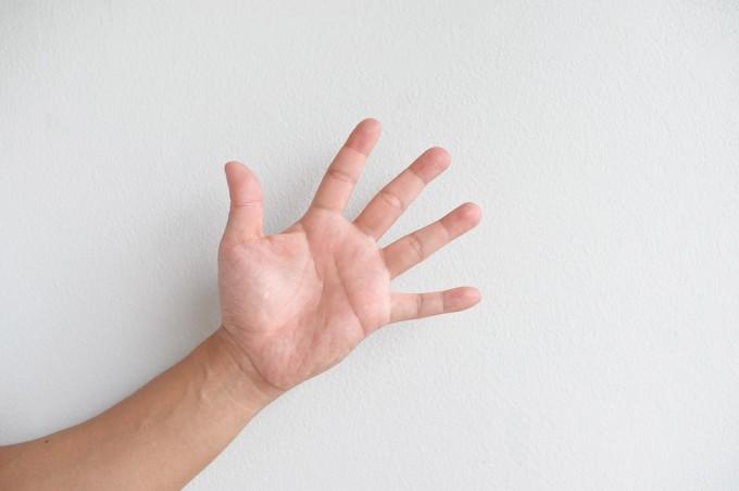 손가락을 보고 상대방의 성적 취향 같은 특성이나 질병의 유무 등을 파악하는 경우가 있다. 서로 인과관계가 있을까? 게티이미지뱅크 제공