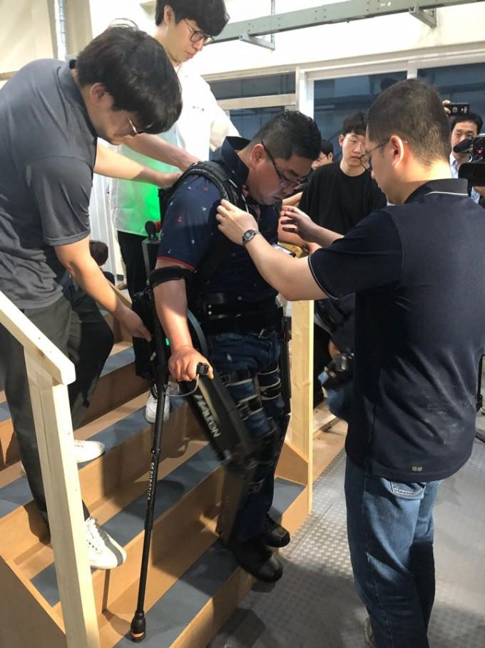 김동욱씨가 2016년 사이배슬론 대회에서 수상한 웨어러블 로봇을 입고 계단을 오르내리는 동작을 보여주고 있다. 대전=김민수기자