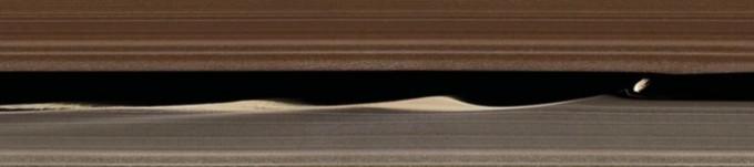 토성의 고리 가운데 한가운데에 지름 8km의 소형 위성 ′다프니스′가 지나가고 있는 모습이 탐사성 ′카시니 하위헌스′ 호의 마지막 임무에서 관측됐다. 마치 빗자루로 쓸듯 고리를 구성하는 입자가 쓸려가고 있다. 사이언스 제공