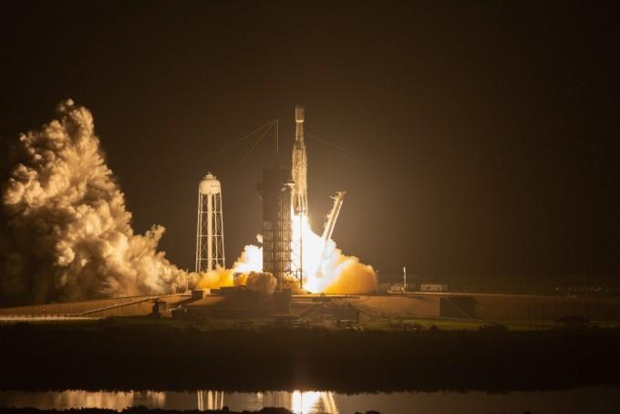 미국 우주개발기업 스페이스X의 로켓 ′팰컨헤비′가 미국 동부시간으로 11일 오전 2시 30분 미국 플로리다주 케이프커내버럴 공군기지 발사대에서 발사에 성공했다. 미국항공우주국(NASA) 제공