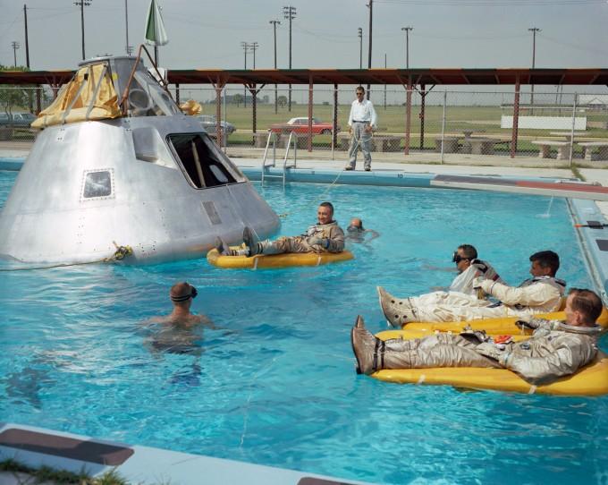 휴스턴 유인우주센터 근처 수영장에서 착륙 과정을 연습하고 있는 아폴로 1호 비행사들. 과학동아 7월호 특별판에서 달 착륙 성공 이면의 이야기를 확인할 수 있다.