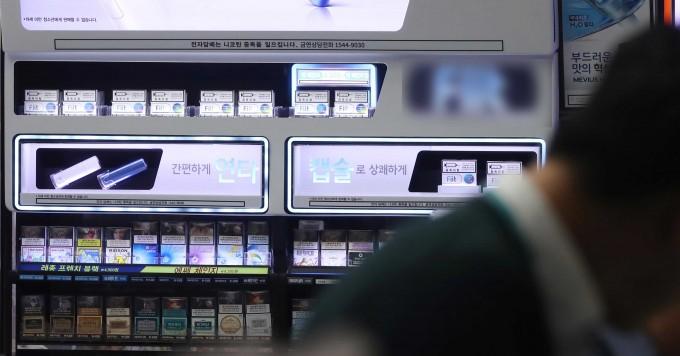 한 편의점에서 권련형 전자담배를  판매하고 있는 모습이다. 연합뉴스