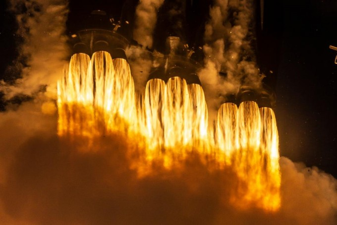 스페이스X는 재사용 로켓 회수에 나섰지만 블록5 로켓 3기 중 가운데 로켓 회수에는 실패했다. 미국항공우주국 제공