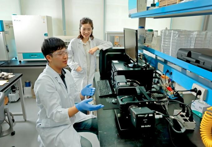 김소연 UNIST 교수(오른쪽)와 김예찬 연구원이 실험 결과에 대해 논의하고 있다. UNIST 제공