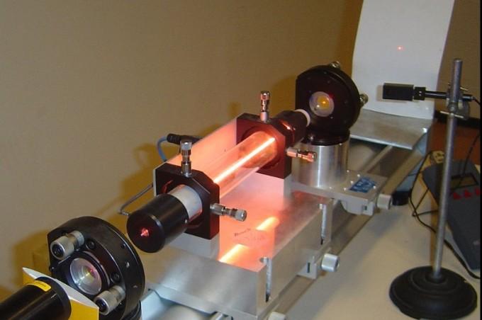 헬륨-네온 레이저 파장 장치. 진공 상태에서 1미터 표준원기를 만든다. 한국도 1983년부터 진공 상태에서의 헬륨네온 레이저 파장을 이용해 1미터 표준원기를 만들어 사용하고 있다. 파리6대학 제공