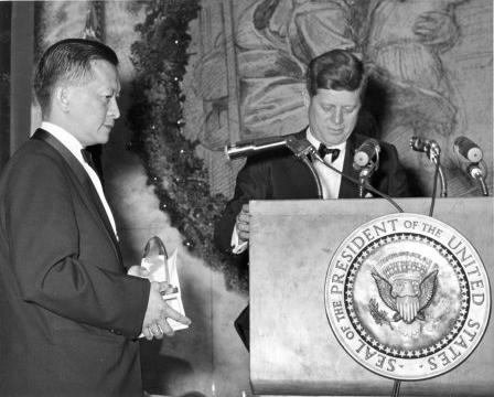 1962년 존 F. 케네디 대통령으로부터 과학상을 수여받고 있다. NIH