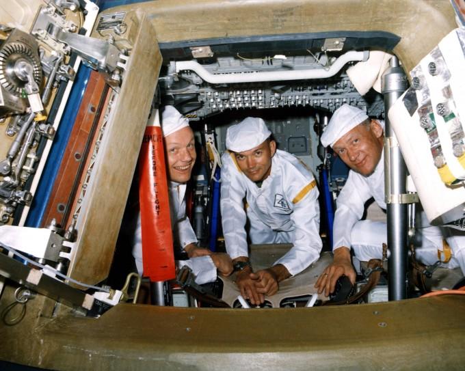 아폴로 11호의 비행사 닐 암스트롱, 마이클 콜린스, 버즈 올드린이 사령선 ′컬럼비아′에 탑승해 미소 짓고 있다(왼쪽부터).