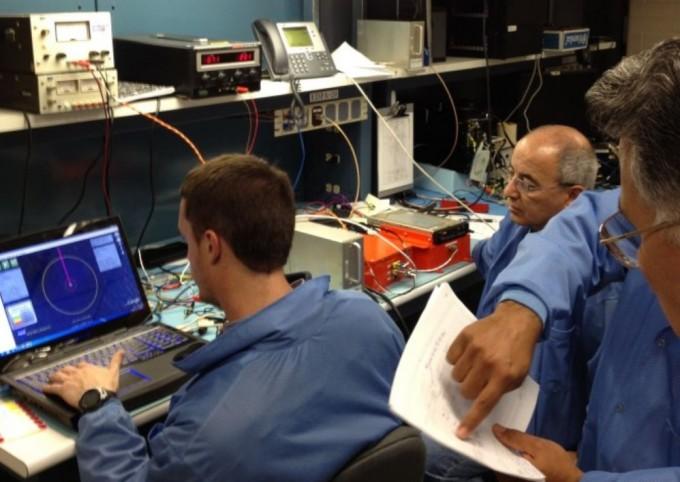 제공 테크니션의 존재는 연구에 필수불가결하다. NASA 에서 소프트웨어 인터페이스를 테스트하고 있는 테크니션의 모습이다. NASA