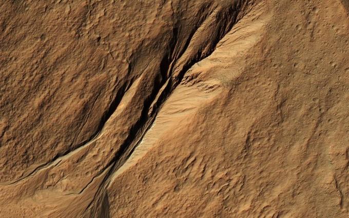 미국 과학자들이 소금물에서 키운 내염성 세균을 건조시켰다가 다시 수분을 보충해 되살리는 데 성공했다. 염분이 많고, 낮에는 건조했다가 밤이 되면 습도가 올라가는 화성의 환경을 재현한 실험 결과다. NASA 제공