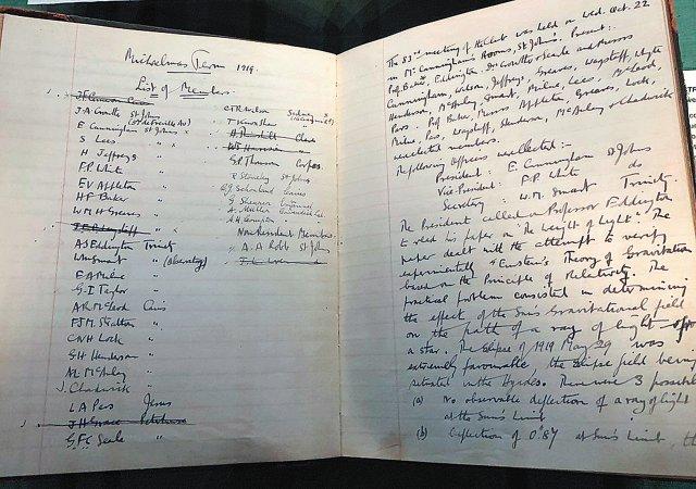 아인슈타인이 일반상대성 이론을 내놓은 지 4년 뒤 영국의 아서 에딩턴이 일식 관측으로 이론을 검증했다. 에딩턴이 관찰 내용을 빼곡히 기록한 공책. 위키미디어 제공